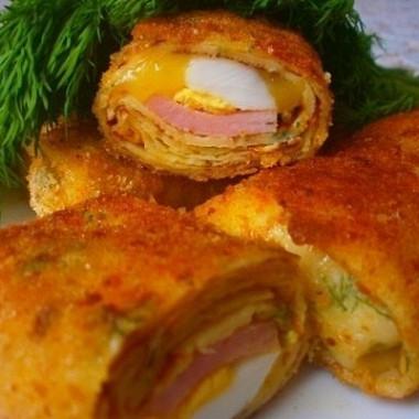 Рецепт Блинчики светчиной, яйцами исыром впанировке