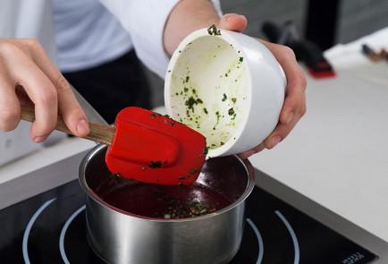Фото приготовления рецепта: Ткемали из красной смородины - шаг 3