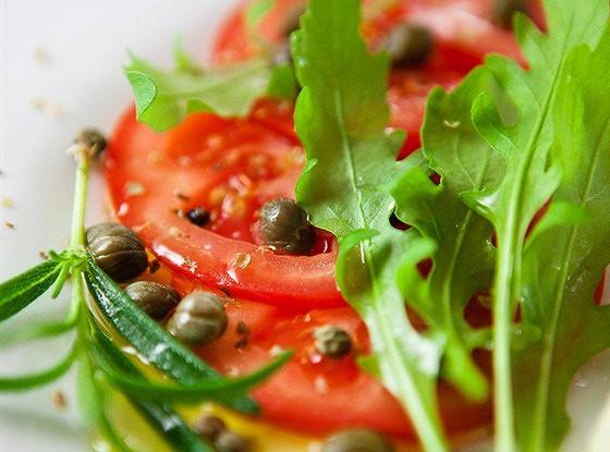 Томатный салат с каперсами