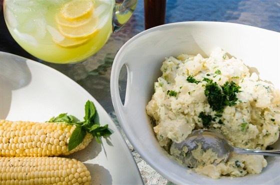 Картофельный салат с мятой и ароматной заправкой