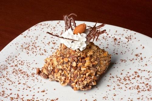 Пирожные с орехами пекан и коричневым сахаром в карамельной глазури