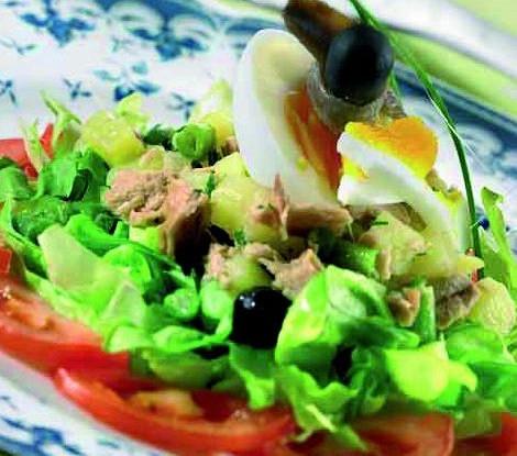 Летний салат с тунцом, огурцами и рукколой