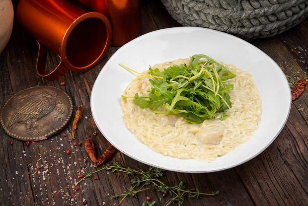 Греческие макароны с гребешками в сливочном соусе