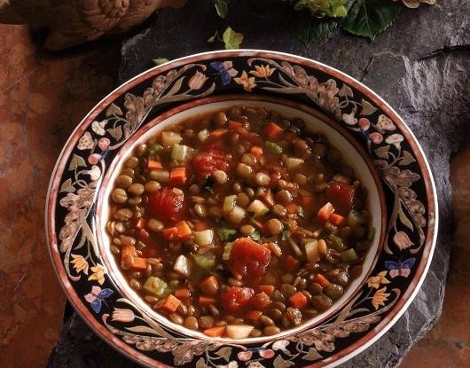 Овощной суп с чечевицей, грибами и беконом