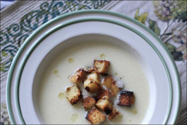 Суп-пюре из цветной капусты с горчичными гренками