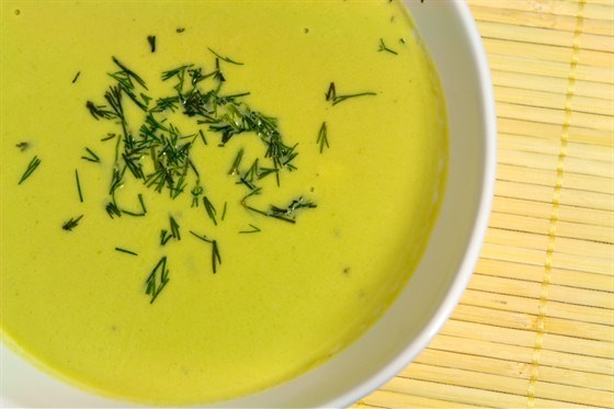 Ледяной гороховый суп с зеленым супом и мятой