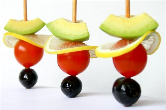 Овощные и фруктовые канапе с авокадо