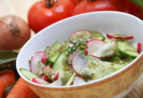 Огуречный салат с редисом, мятой и фетой