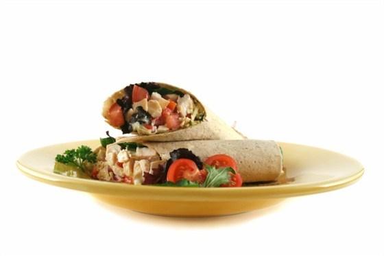 Пита с табуле и цыпленком в тмине и соусе из йогурта с тахини