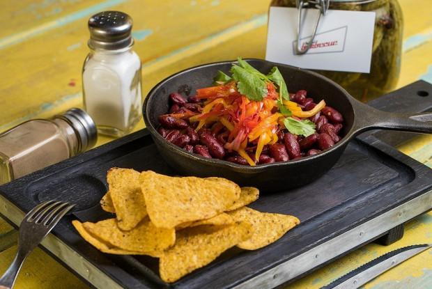 Фасоль барбекю с сальсой и чипсами начос