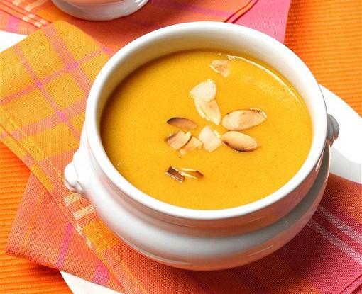 Охлажденный суп из миндаля