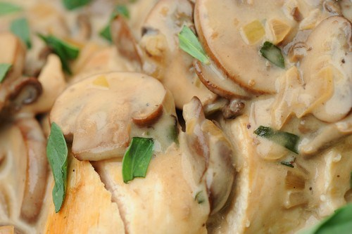 Салат с куриным филе, сыром и орехами