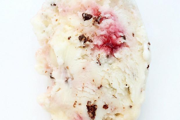 Сливочное мороженое с меренгами, шоколадной крошкой и малиновой прослойкой