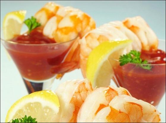 Креветочный коктейль с водкой, сельдереем, табаско и кетчупом