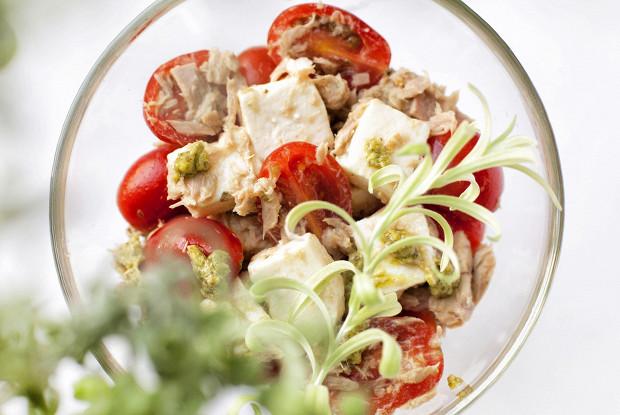 Салат из тунца и адыгейского сыра с соусом песто