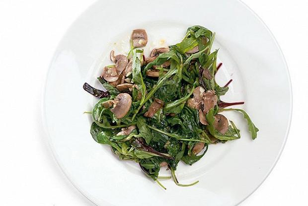 Жареные салатные листья из смеси «Еда» с шампиньонами