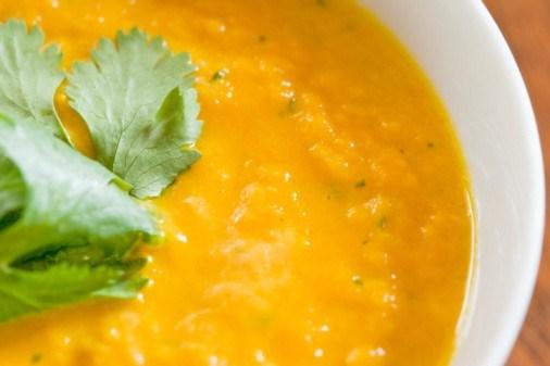 Быстрый морковный суп-пюре с кориандром