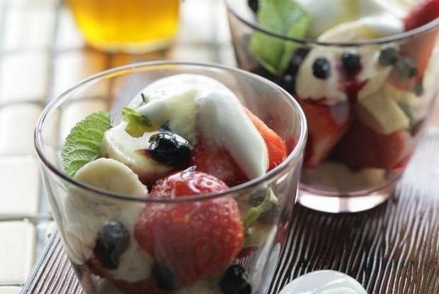 Салат из ягод с бананом, йогуртом и медом
