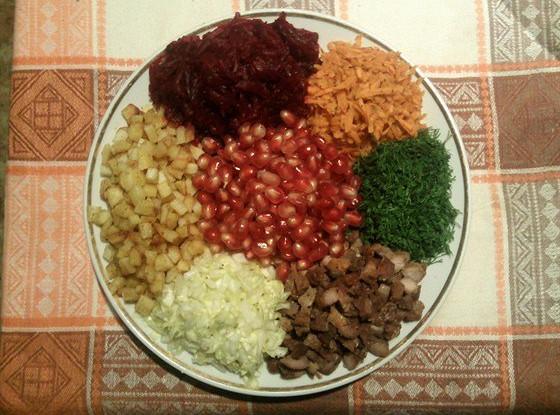 Салат «Калейдоскоп» с мясом и зернами граната