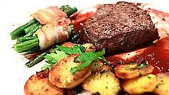 Мраморные говяжьи медальоны с жаренным картофелем по-немецки