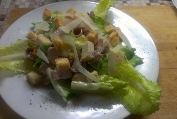 Салат «Цезарь» с куриной грудкой и анчоусами