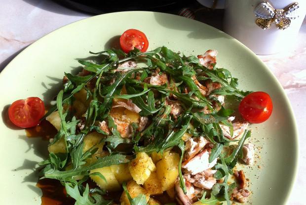 Теплый салат из рукколы и курицы