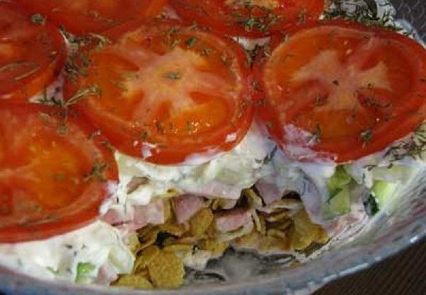 Салат с огурцами, помидорами и кукурузными хлопьями «Радуга»