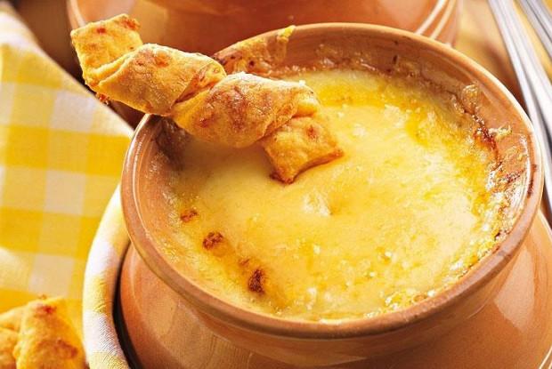 Луковый суп на говяжьем бульоне с травами