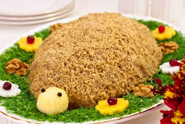 Слоеный куриный салат с грецкими орехами «Черепаха»