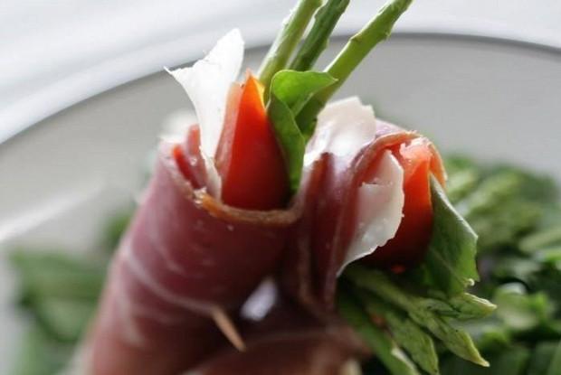 Закуска из пармской ветчины, спаржи и шпината