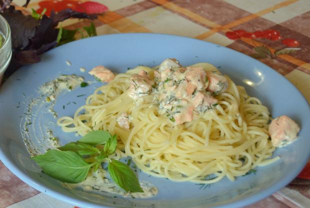 Спагетти с лососем в сметанно-сливочном соусе