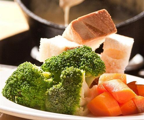 Фондю «Три сыра» с капустой брокколи и морковью