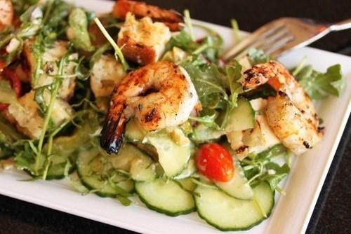 Диетический салат с креветками и авокадо