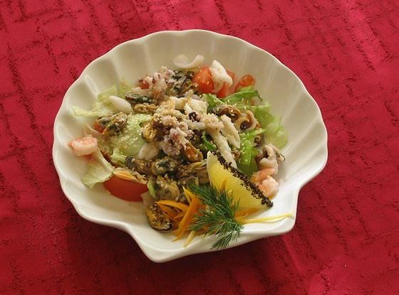 Салат из морепродуктов с лаймовым соусом