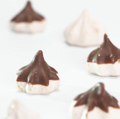 Ванильные, шоколадные и кофейные меренги в шоколадной глазури