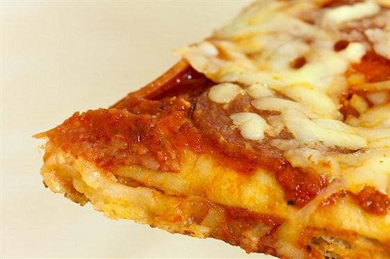 Пицца с итальянскими сосисками, радиккьо и моцареллой