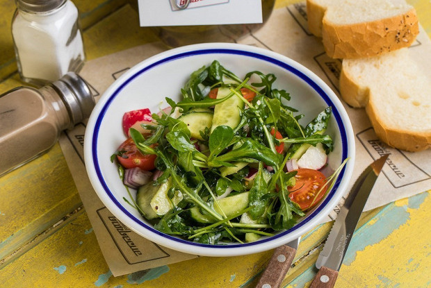 Салат из свежих овощей с кинзой