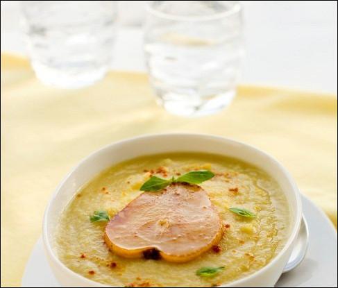 Суп из пастернака и яблока с хрустящими ломтиками и приправой карри