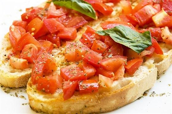 Брускетты с помидорами и базиликом