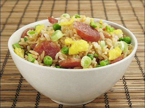 Жареный рис с китайскими сосисками и креветками