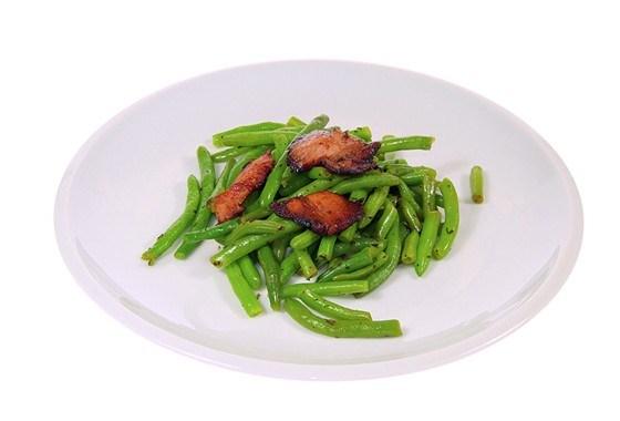 Зеленая фасоль с теплой заправкой и беконом