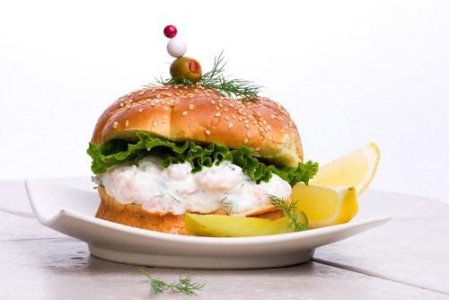 Булочки с салатом и креветками