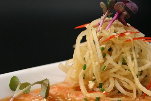 Карпаччо из филе лосося в имбирном маринаде с лапшой из дайкона
