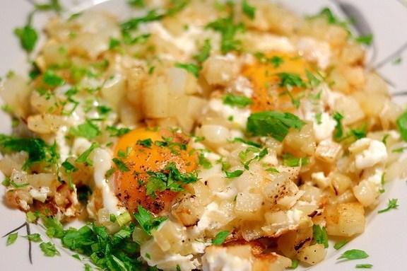 Картофель жареный, с яйцом