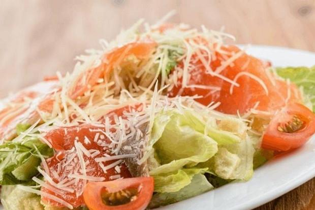 Салат цезарь семга