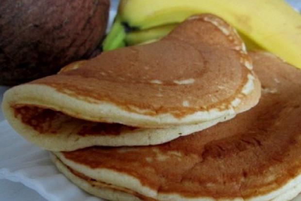 Фото к рецепту: Кокосово-банановые оладьи