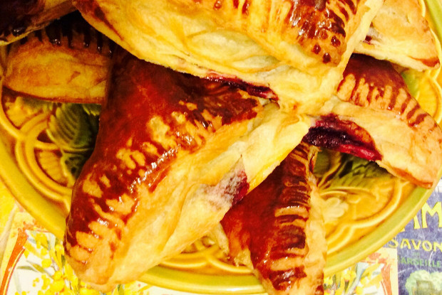 Пирожки из слоеного теста «Вишня на коньяке»