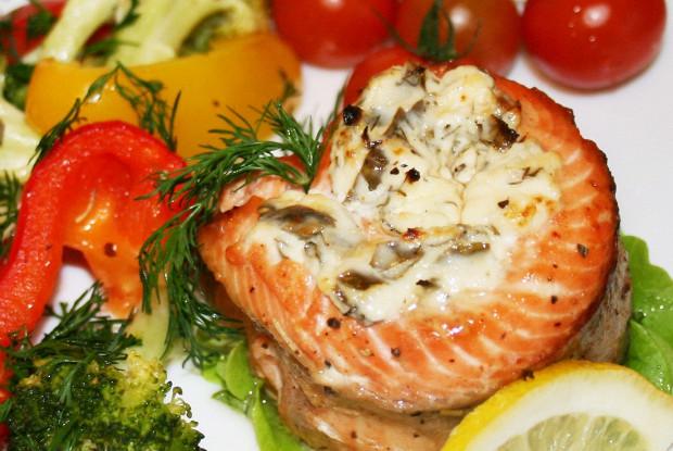 Запеченые рулеты из лосося с овощами