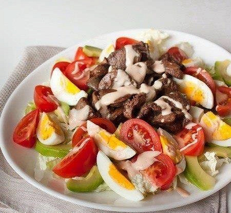 Перигорский салат с куриной печенью и овощами