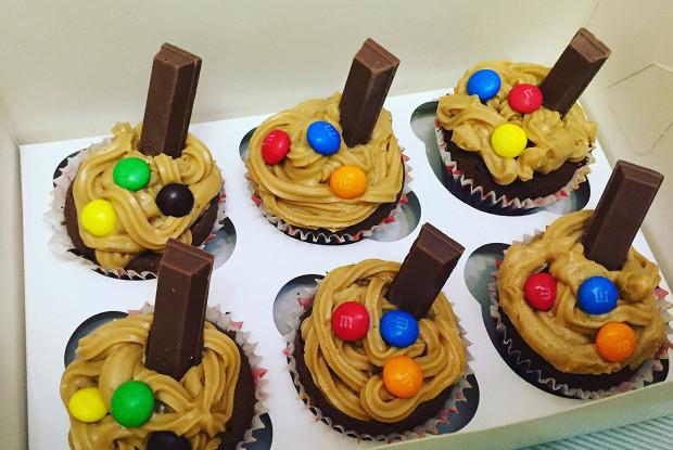Фото к рецепту: Шоколадные маффины с шоколадом и орешками